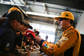 Kyle Busch, Joe Gibbs Racing, Toyota Camry M&M's with fans