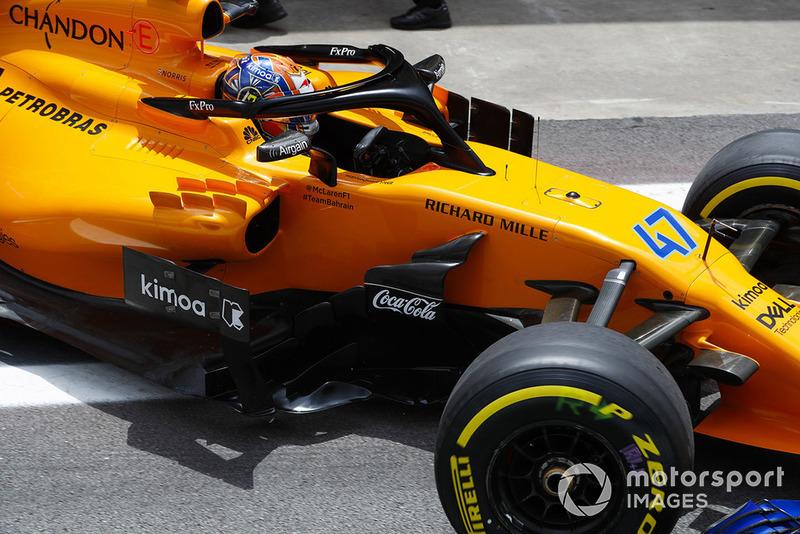Lando Norris, McLaren MCL33, sale del garaje
