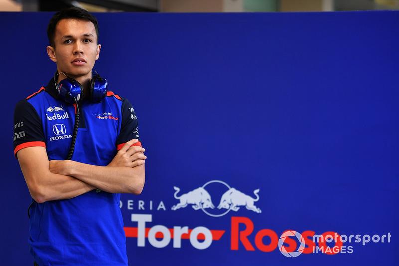 El fichaje de Alex Albon también tuvo miga. Acababa de fichar por Nissan para la Fórmula E y, antes de debutar, le llegó la oferta de Toro Rosso. Nissan se oponía a perder a su piloto, pero finalmente hubo acuerdo y en 2019 es compañero de Kvyat.