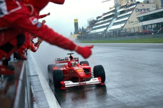 Michael Schumacher, Ferrari F1-2000, celebrates victory with his mechanics at the end of the race
