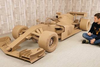 F1-wagen uit karton