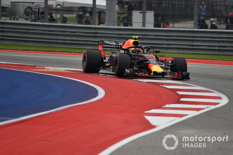 Max Verstappen, Red Bull Racing RB14 runs wide