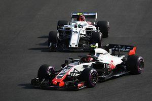Kevin Magnussen, Haas F1 Team VF-18 and Antonio Giovinazzi, Sauber C37 battle
