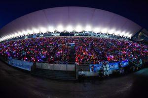 Tifosi in tribuna con torce e bastoncini luminosi