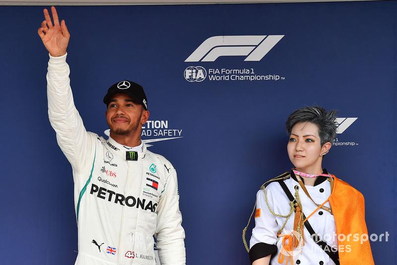 Lewis Hamilton, Mercedes AMG F1, riceve il Pirelli Pole Position Award