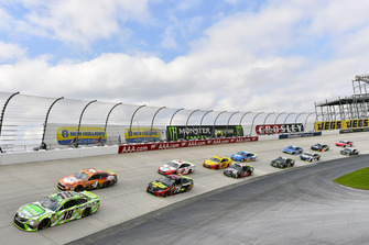 Kyle Busch, Joe Gibbs Racing, Toyota Camry Interstate Batteries e Kevin Harvick, Stewart-Haas Racing, Ford Fusion Busch Outdoors