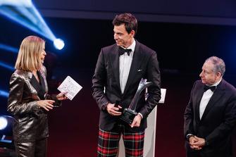 Toto Wolff reçoit un John Bolster Award sur scène avec Nicki Shields et le président de la FIA Jean Todt