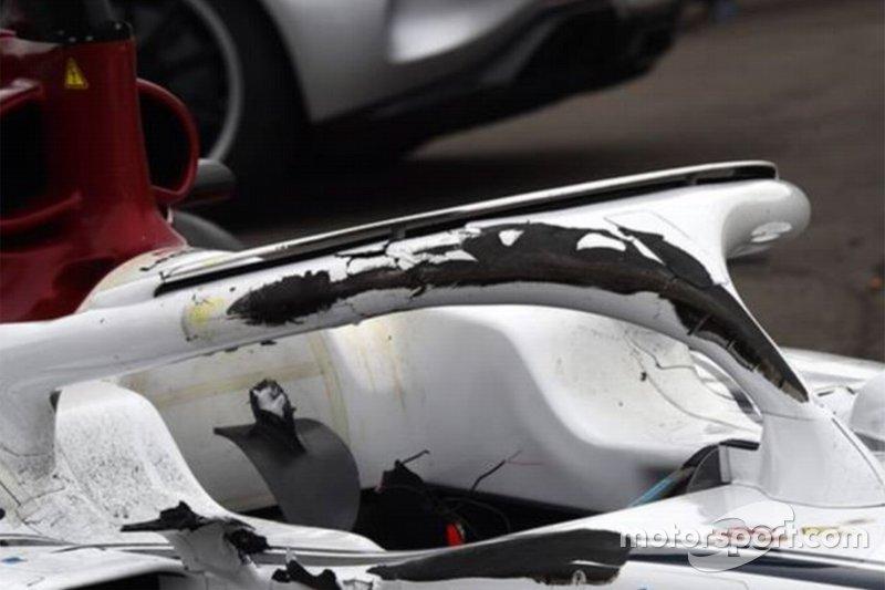 Las marcas de neumático del McLaren de Fernando Alonso en el Halo del Sauber de Charles Leclerc. El Halo llegó en 2018 para quedarse en la Fórmula 1.