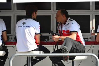 Charles Leclerc, Sauber y Frederic Vasseur, Sauber, director del equipo en el pórtico de la pared de pits
