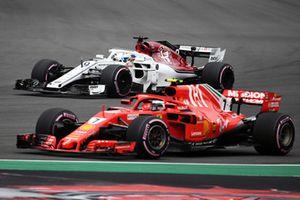 Marcus Ericsson, Sauber C37 and Kimi Raikkonen, Ferrari SF71H
