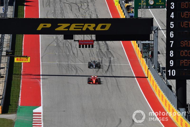 Kimi Raikkonen, Ferrari SF71H y Lewis Hamilton, Mercedes AMG F1 W09 EQ Power+
