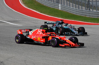 Lewis Hamilton, Mercedes-AMG F1 W09 and Kimi Raikkonen, Ferrari SF71H battle