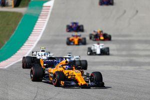 Fernando Alonso, McLaren MCL33, devant Sergey Sirotkin, Williams FW41, Lance Stroll, Williams FW41, et le reste du peloton