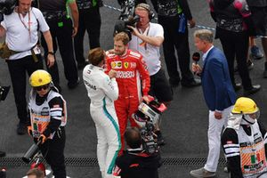 Lewis Hamilton, Mercedes AMG F1 e Sebastian Vettel, Ferrari, festeggiano nel parco chiuso