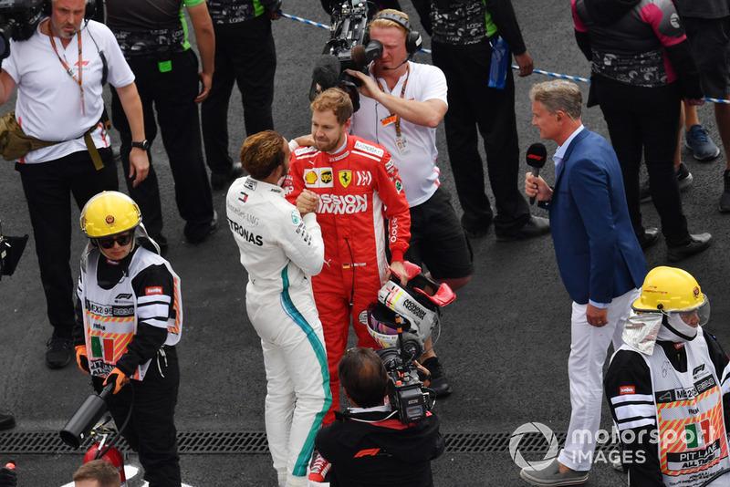 Sebastian Vettel, Ferrari, felicita a Lewis Hamilton, Mercedes AMG F1, por su mundial