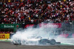 Lewis Hamilton, Mercedes AMG F1 W09 EQ Power+, maakt donuts na het binnenhalen van zijn vijfde wereldtitel