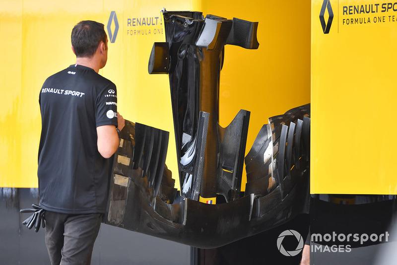 Renault Sport F1 Team szerelői a Renault Sport F1 Team R.S. 18 orrkúpjával és első szárnyával