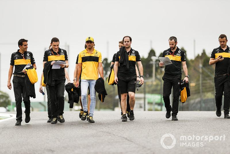 Carlos Sainz Jr., Renault Sport F1 Team, camina por el circuito