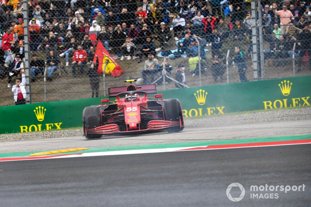 Carlos Sainz Jr, Ferrari SF21, hace un trompo