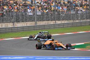 Lando Norris, McLaren MCL35M, Sebastian Vettel, Aston Martin AMR21