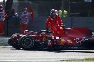 Карлос Сайнс, Ferrari SF21, вылезает из машины после аварии