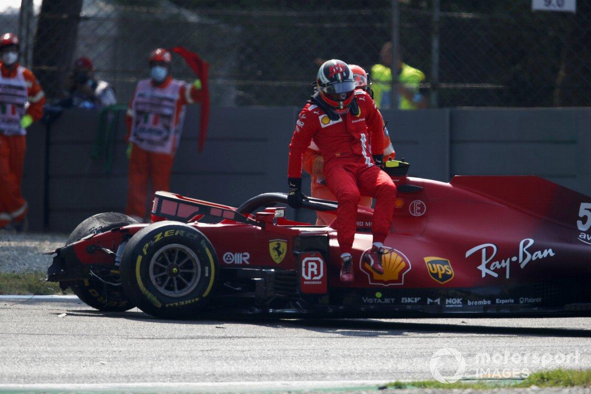 Carlos Sainz., Ferrari SF21, sale de su coche tras el accidente