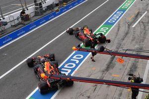 Max Verstappen, Red Bull Racing RB16B, e Sergio Perez, Red Bull Racing RB16B, in pitlane