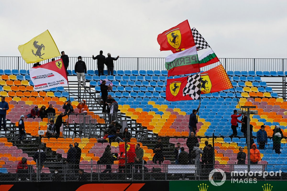 Aficionados de Ferrari en una grada