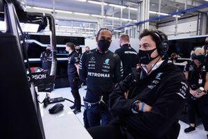 Lewis Hamilton, Mercedes, con Toto Wolff, director del equipo y consejero delegado de Mercedes AMG
