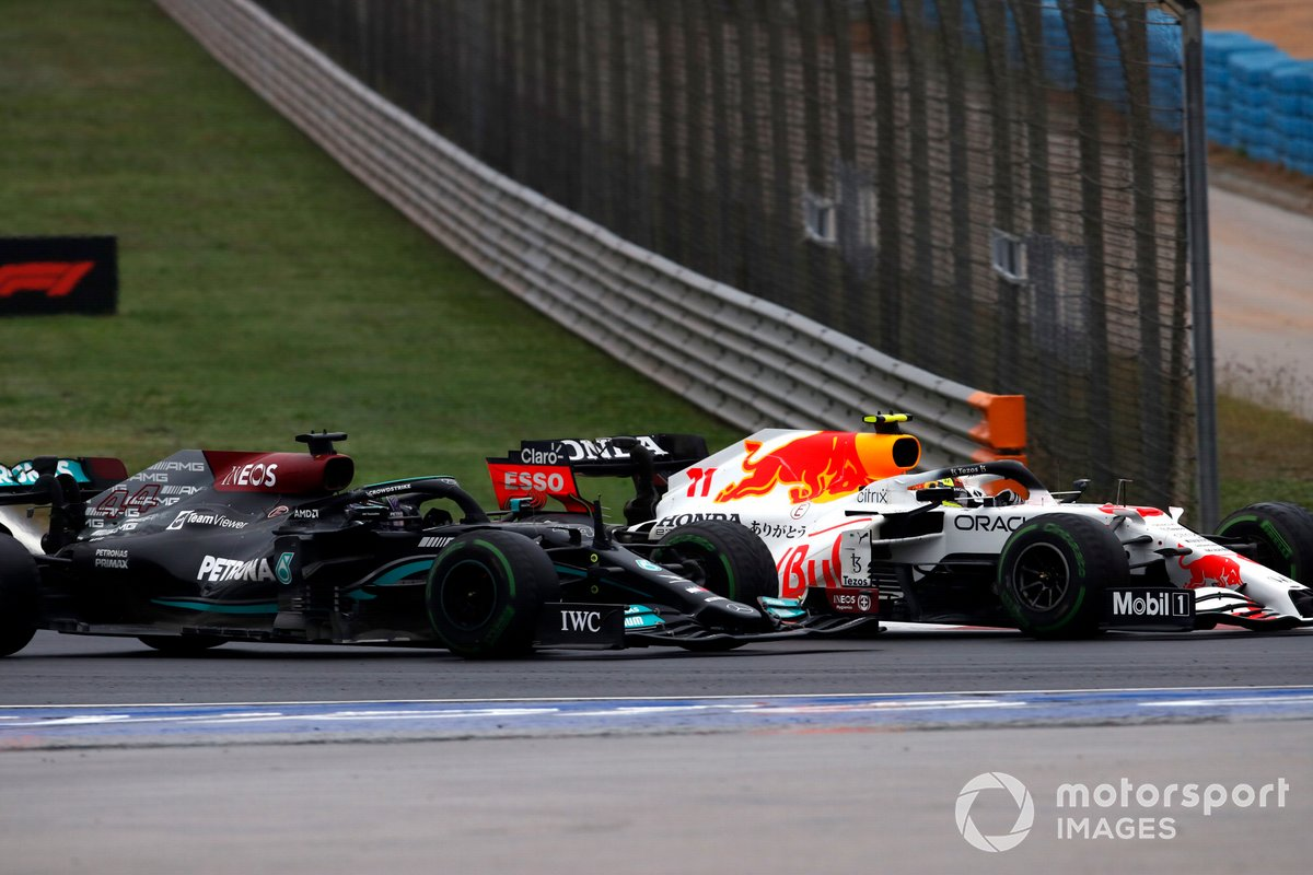 Lewis Hamilton, Mercedes W12, batalla con Sergio Pérez, Red Bull Racing RB16B