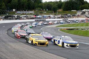 Restart: Chase Elliott, Hendrick Motorsports, Chevrolet Camaro NAPA Auto Parts, Kurt Busch, Chip Ganassi Racing, Chevrolet Camaro Chevy Accessories