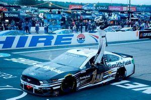 Race winner Aric Almirola, Stewart-Haas Racing, Ford Mustang
