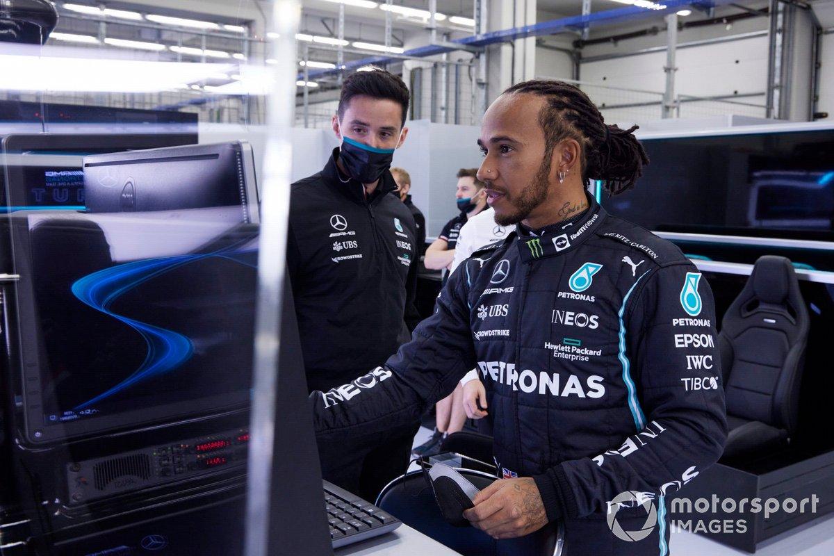 Lewis Hamilton, Mercedes, parla con i membri del team