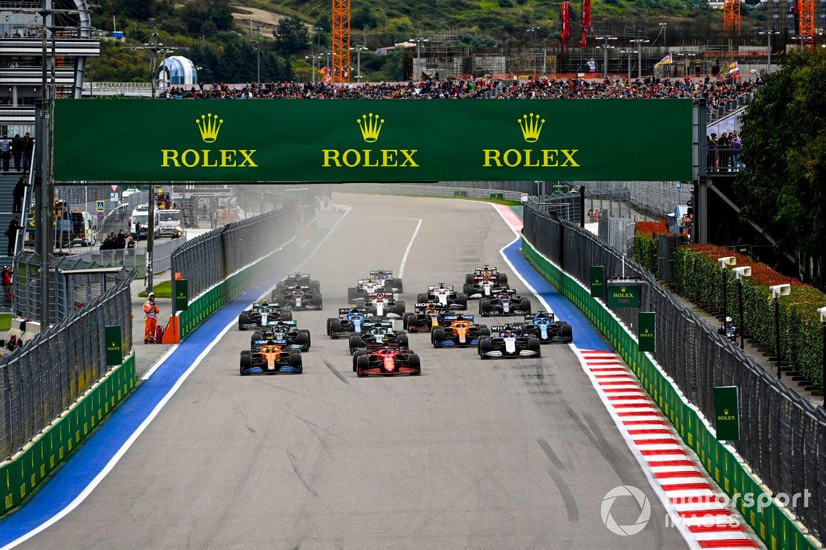 Lando Norris, McLaren MCL35M, Carlos Sainz Jr, Ferrari SF21, George Russell, Williams FW43B, Lance Stroll, Aston Martin AMR21, Fernando Alonso, Alpine A521 e il resto delle auto alla partenza