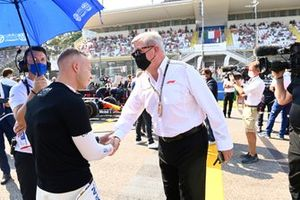 Nikita Mazepin, Haas F1, and Ross Brawn, Managing Director of Motorsports, on the grid