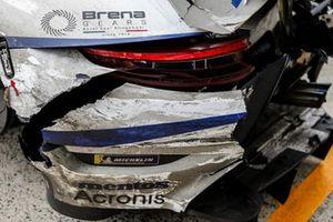 #56 Team Project 1 Porsche 911 RSR - 19 LMGTE Am, Egidio Perfetti, Matteo Cairoli, Riccardo Pera, dettaglio dei danni