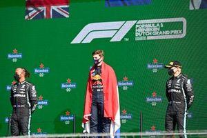 Lewis Hamilton, Mercedes, 2e plaats, Max Verstappen, Red Bull Racing, 1e plaats, en Valtteri Bottas, Mercedes, 3e plaats, op het podium