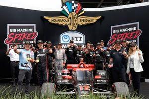 Podio: ganador Will Power, Team Penske Chevrolet con el equipo