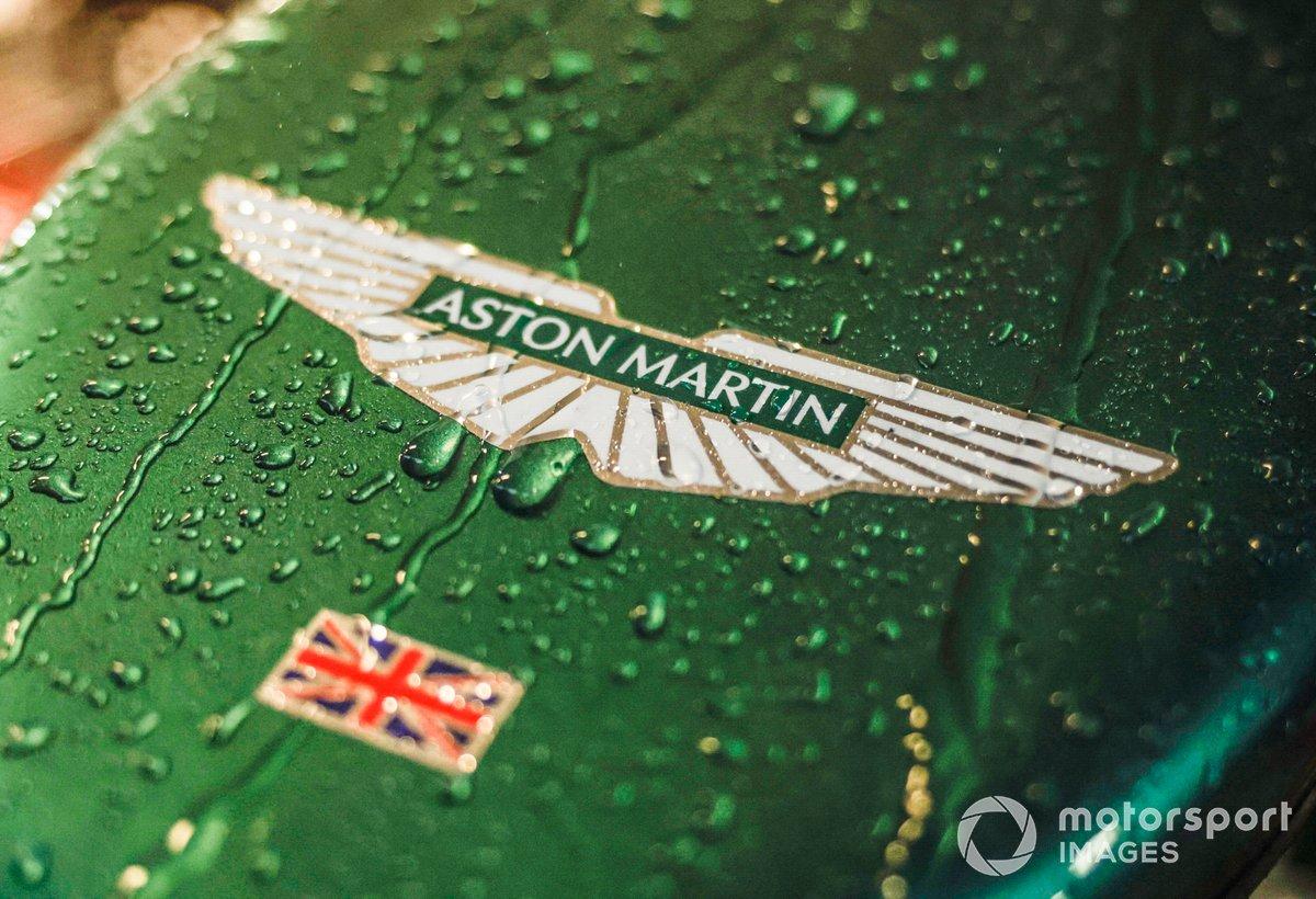 Lluvia sobre el Aston Martin