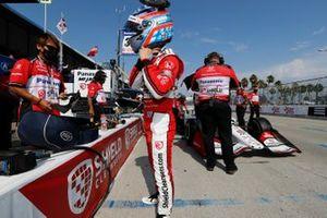 Takuma Sato, Rahal Letterman Lanigan Racing Honda, et un membre de son équipe