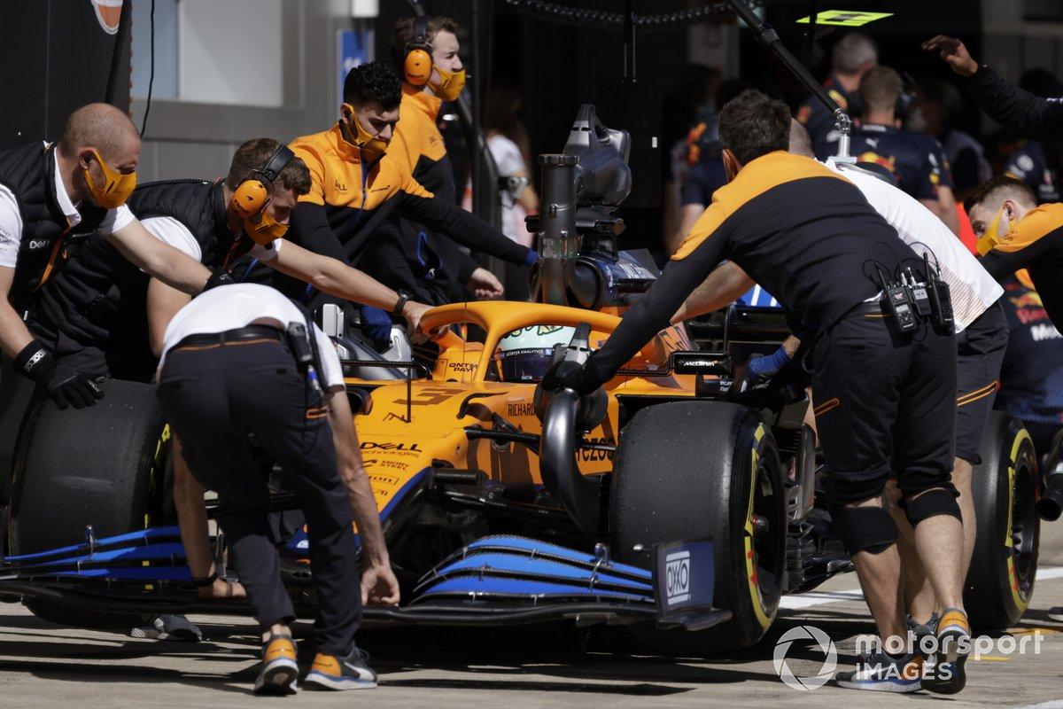 Daniel Ricciardo, McLaren MCL35M, en el pit lane