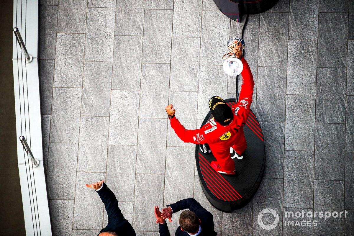 Carlos Sainz Jr., Ferrari, 3a posizione, con il suo trofeo