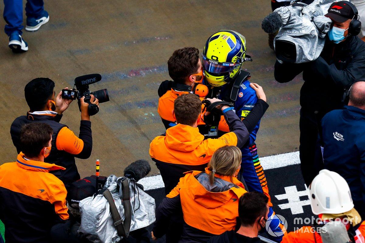 Lando Norris, McLaren, festeggia con un compagno di squadra dopo aver ottenuto la pole