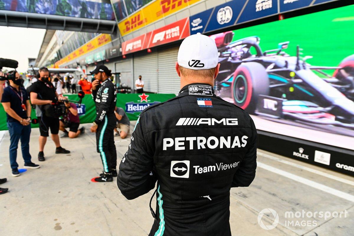 Ganador del primer puesto Valtteri Bottas, Mercedes espera mientras Lewis Hamilton, Mercedes, es entrevistado