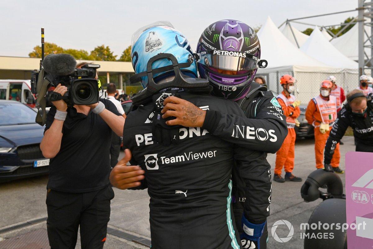 Ganador del primer puesto Valtteri Bottas, Mercedes es felicitado por Lewis Hamilton, Mercedes, en Parc Ferme