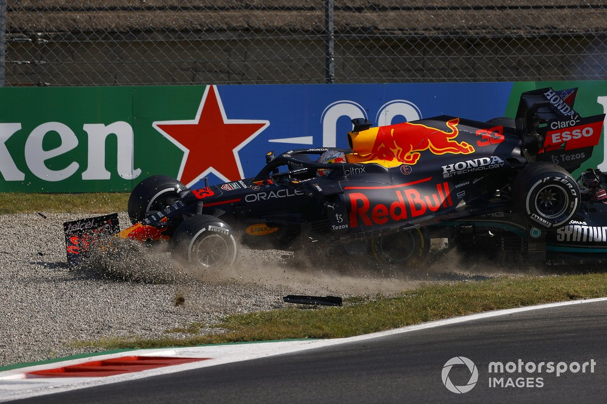 L'incidente di Lewis Hamilton, Mercedes W12 e Max Verstappen, Red Bull Racing RB16B alla prima variante