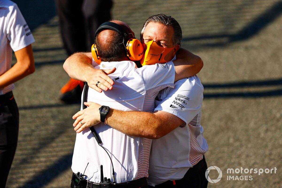 Zak Brown, director general de McLaren Racing, celebra la victoria