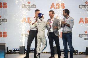 Alejandro Agag, Presidente de la Fórmula E, Nyck de Vries, Mercedes-Benz EQ, 2ª posición, Jamie Reigle, Director General de la Fórmula E, Alberto Longo, Director General Adjunto, Director del Campeonato de la Fórmula E, en el podio
