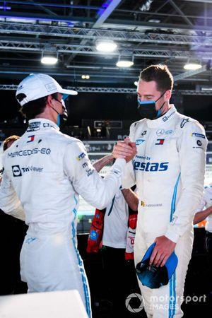 Nyck de Vries, Mercedes-Benz EQ, si congratula con l'uomo della pole Stoffel Vandoorne