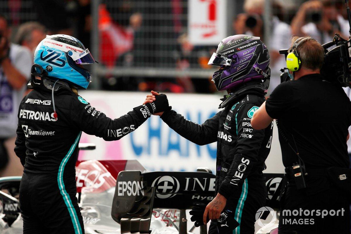 Valtteri Bottas, Mercedes, 3ª posición, y Lewis Hamilton, Mercedes, 2ª posición, se felicitan mutuamente en el Parc Ferme